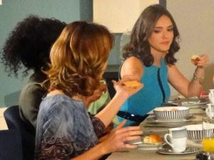 Cida pede para Isadora passar a geleia em sua torrada (Foto: Cheias de Charme / TV Globo)