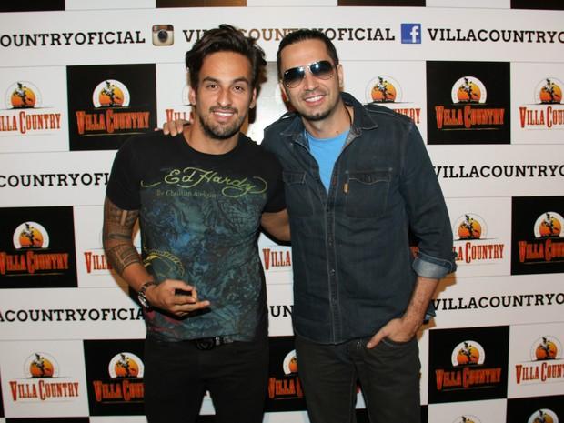 Leo Rodrigues e Latino em show em São Paulo (Foto: Danilo Carvalho/ Ag. Fio Condutor)