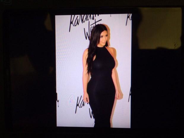 Kim Kardashian opta por look preto que exibe suas curvas para lanar linha de roupas em parceria com marca (Foto: Felipe Costa)