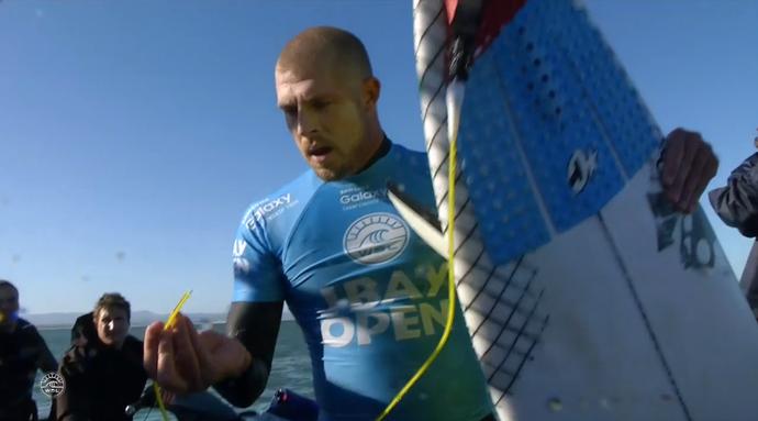Mick Fanning mostra corda da prancha cortada por tubarões em Jeffreys Bay (Foto: Reprodução)