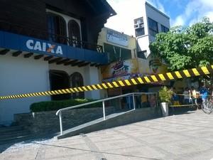 Caixas eletrônicos foram explodidos em agência da CEF em Gravatá (Foto: Amanda Dantas/ TV Asa Branca)