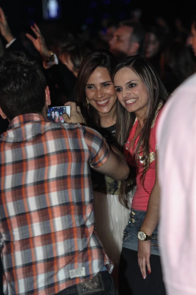 A cantora posa com fãs (Foto: Cláudio Augusto/Foto Rio News)