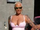 Amber Rose capricha no decote e exibe curvas nos EUA
