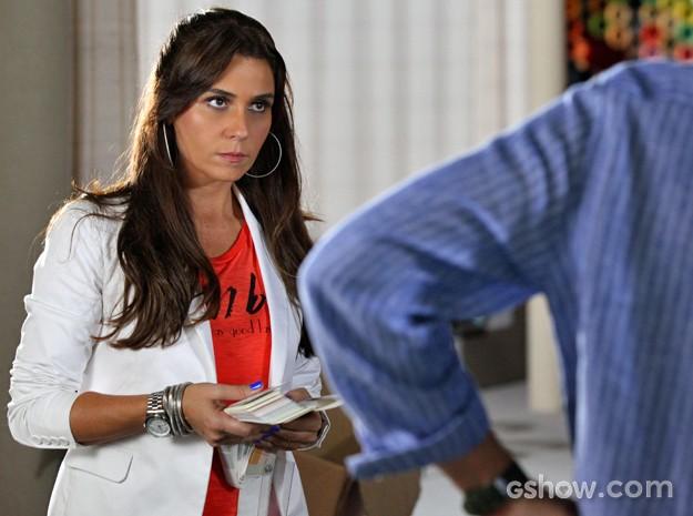 Clara fica surpresa com a resposta do marido (Foto: Carol Caminha/ TV Globo)