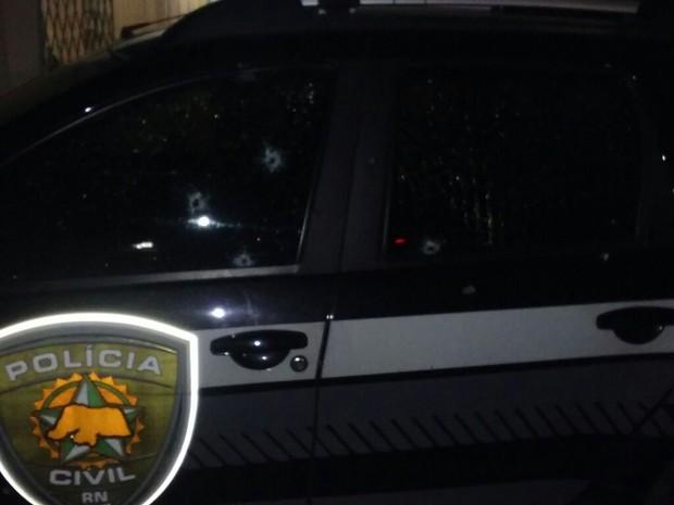 Carro da Polícia Civil é alvo de atentado em Natal (Foto: Divulgação/PM)
