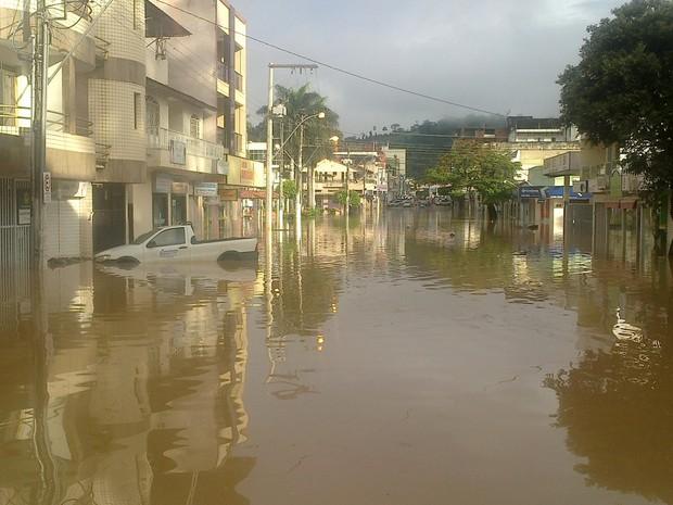 A água chegou na altura dos carros em Barra de São Francisco, Espírito Santo (Foto: Marcos Saldanha/ VC no G1)