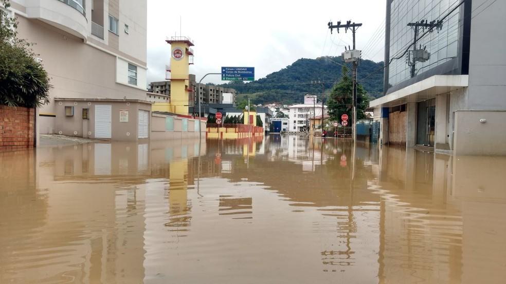 Ruas de Rio do Sul ficaram alagadas após chuva  (Foto: Corpo de Bombeiros)