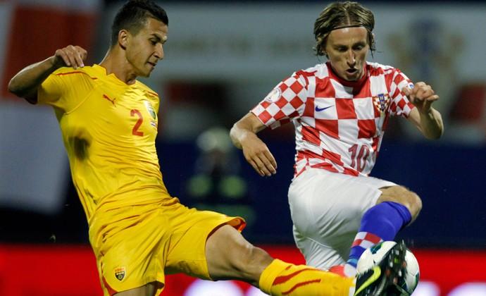 Daniel Georgievski da Macedônia e Luka Modric da croácia  (Foto: Reuters)