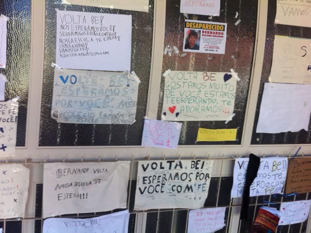Cartazes escola Três Pasos Bernardo Boldrini (Foto: Jonas Campos/RBS TV)