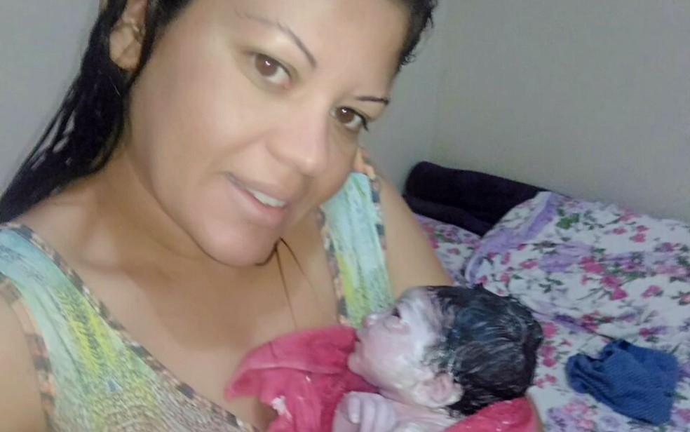 Yramar logo depois do parto, com Sophia no colo (Foto: Yramar Figueiredo/Arquivo pessoal)
