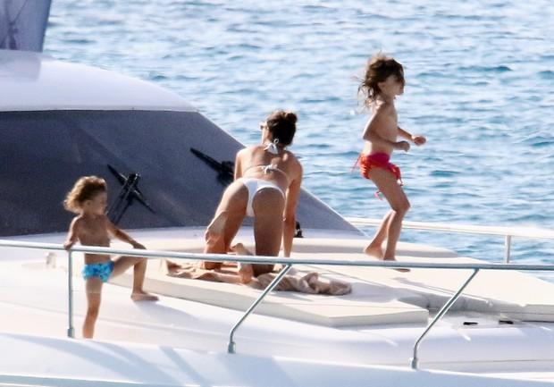 Alessandra Ambrosio curte dia em barco com o filhos (Foto: Grosby Group)