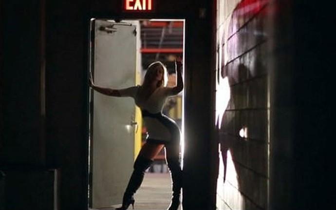 Kelly Key surge sensual no clipe de Let It Glow (Foto: Reprodução)