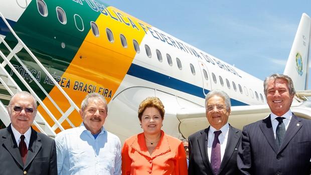 Dilma e ex-presidentes da República posam para foto antes de embarcarem para o velório do líder sul-africano Nelson Mandela (Foto: Roberto Stuckert Filho/PR)
