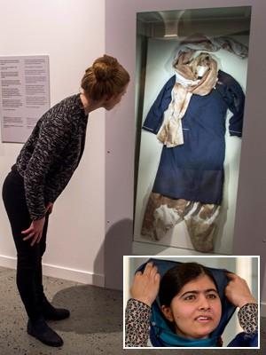 Montagem - Uniforme ensanguentado de Malala é exibido em cerimônia pré-Nobel (Foto: Odd Andersen/AFP; Matt Dunham/AP)