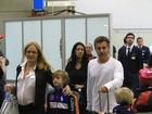 Angélica e Luciano Huck desembarcam no Rio com os filhos
