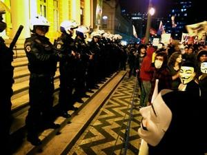 Protesto contra o aumento das passagens começou em frente à prefeitura (Foto: Bruna Scirea/Agência RBS)