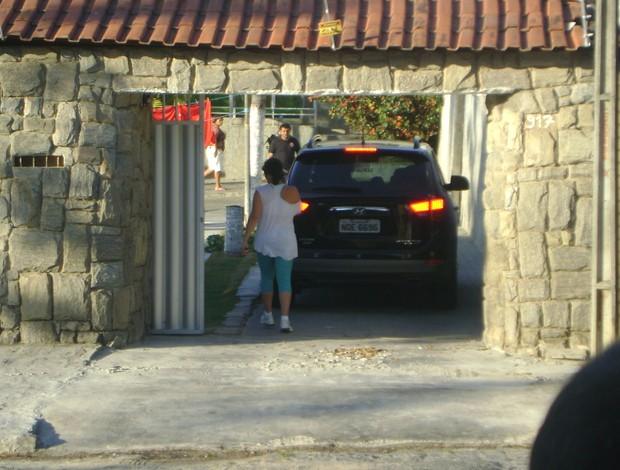 A movimentação na casa dos pais do jogador foi intensa (Foto: Silas Batista / Globoesporte.com/pb)