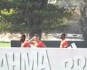 Jorge e Juan trabalham com titulares no campo 2 durante jogo-treino