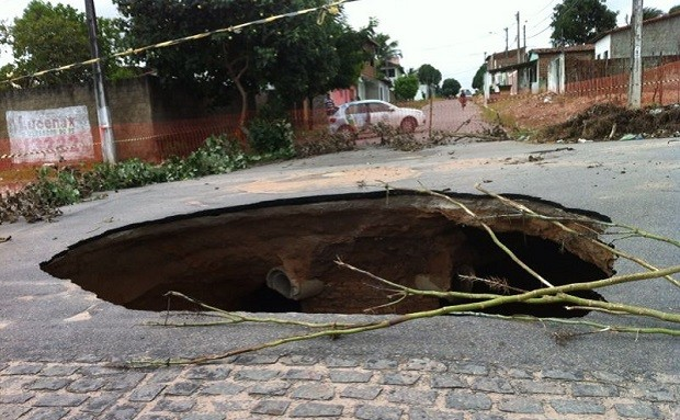 Cratera no bairro Vale Dourado, na zona Norte de Natal, foi aberta após chuvas  (Foto: Caroline Holder/G1)