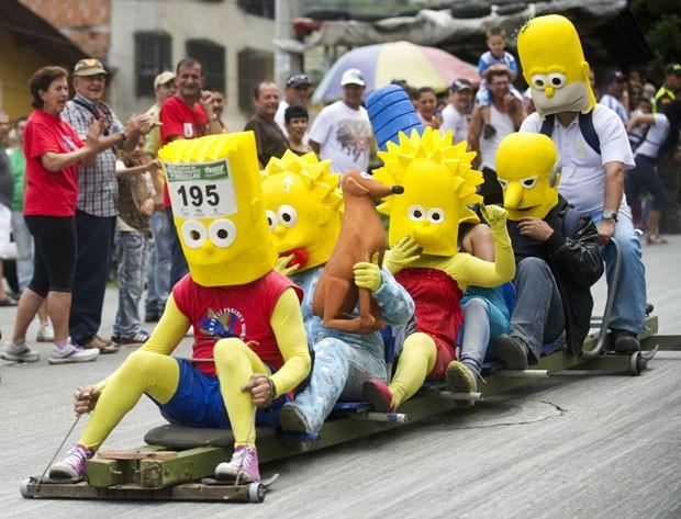 Competidores se vestem como o elenco de 'Os Simpsons' durante prova na Colômbia (Foto: Raul Arboleda/AFP)