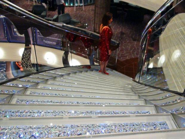Escadas de Swarovski na recepção viraram cenário para fotos de passageiros (Foto: Flávia Mantovani/G1)