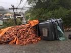 Trânsito no Siméria, em Petrópolis, RJ, é liberado após caminhão tombar