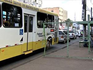 Poucos ônibus circulam no Centro da capital (Foto: Reprodução/TVCA)