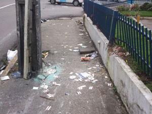 Muro e grade de supermercado foram danificados com o impacto da colisão (Foto: Juan Torres/TV Globo)