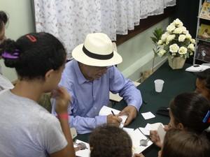 Antônio Torres participa da inauguração das bibliotecas comunitáris em escolas de Petrópolis (Foto: Divulgação/Ascom PMP)