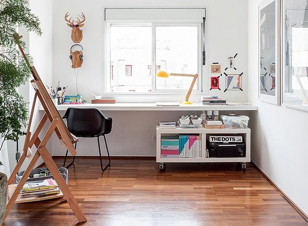 Cabeças de bichos de papelão, lembranças de uma viagem à Austrália, deixam mais divertido o escritório do arquiteto Alexandre Skaff, que também é estúdio de pintura. Sobre a bancada, um módulo com rodinhas facilita a organização (Foto: Lufe Gomes/Casa e Jardim)
