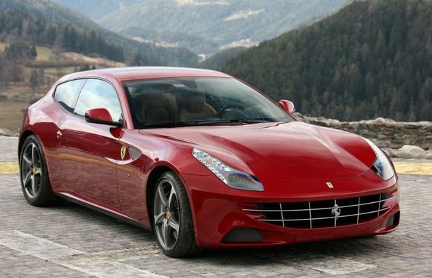 Daniel Alves se presenteia com Ferrari FF