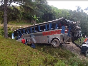 Ônibus foi guinchado na manhã deste domingo (11) (Foto: Batalhão de Operações Aéreas/Divulgação)