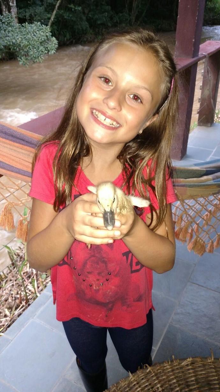 A Rafa encontrou um patinho! (Foto: Arquivo pessoal)