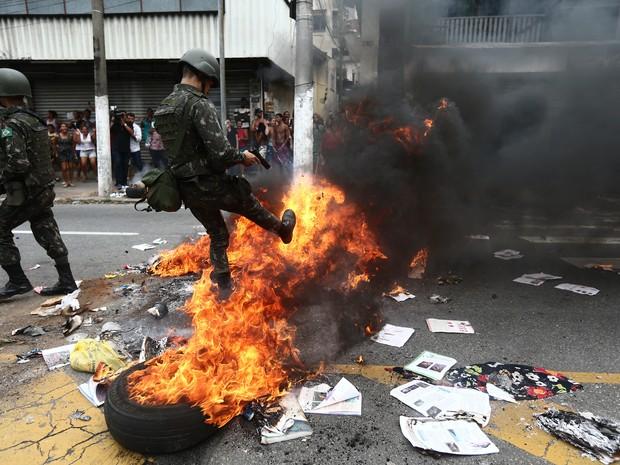 Soldados do Exército atuam em protesto em Vitória (Foto: Wilton Junior/Estadão Conteúdo)