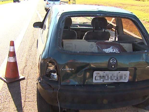 Vidro traseiro do carro ficou destruído com a batida no Anel Viário Sul em Ribeirão Preto, SP (Foto: Paulo Souza/EPTV)
