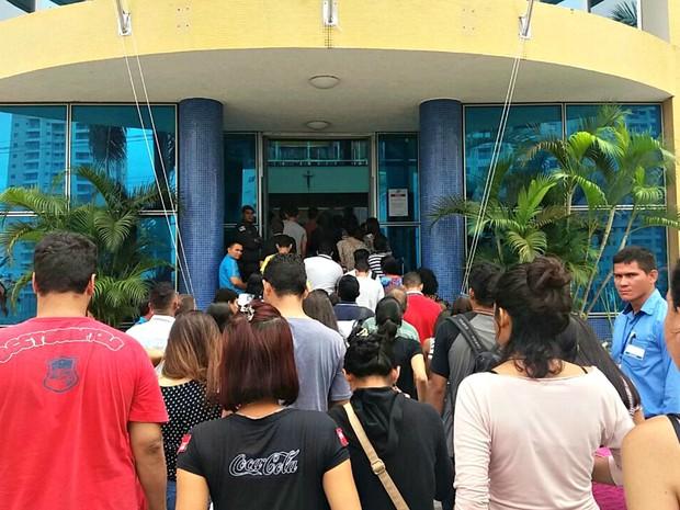 Portões das instituições onde são aplicadas abriram às 10h deste sábado (5) (Foto: Ive Rylo/G1 AM)