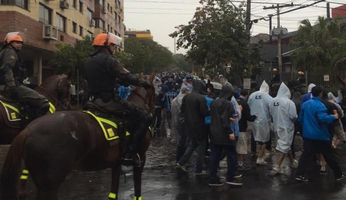 Polícia fez o acompanhamento de quem decidiu sair de perto do Olímpico (Foto: Diego Guichard/GloboEsporte.com)