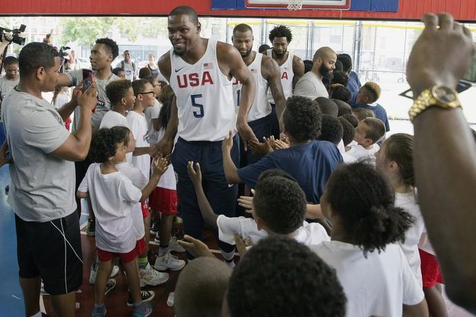 Kevin Durant durante encontro dos atletas da seleção americana com criança sem Nova York (Foto: Mary Altaffer / AP)