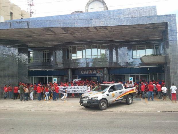 Manifestantes se concentraram em frente à agência na Zona Sul de Aracaju (Foto: Marina Fontenele/G1)