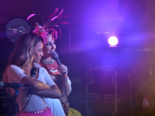 Claudia Leitte faz pocket show e recebe Sabrina Sato em palco de camarote (Foto: Diogo Macedo/Ag. Haack)