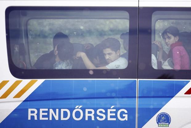 Migrantes detidos são levados em van da polícia húngara após cruzarem a fronteira da Sérvia, em Asttohatolom, na Hungria (Foto: Dado Ruvic/Reuters)