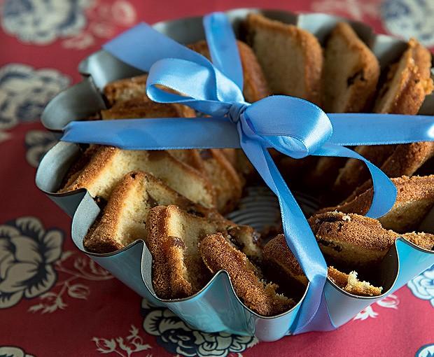 Vai chegar bem na hora do café da tarde? Então escolha um bolo bem gostoso e leve em uma forma antiga. A surpresa fica muito mais charmosa se for arrematado com uma fita. (Foto: Cacá Bratke/Editora Globo)