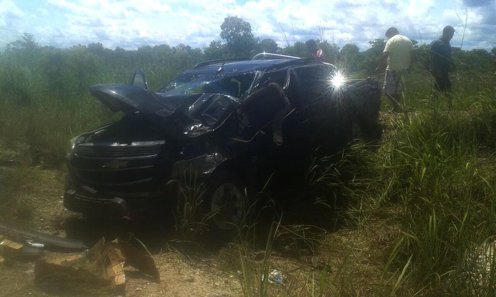 Camionete acabou sendo atingida e parou fora da rodovia (Foto: Bombeiros/Divulgação)