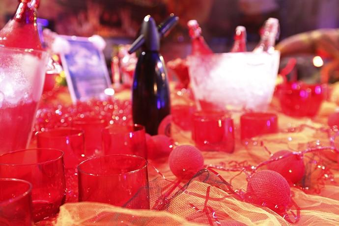 Os copos em vermelho, dando aquele tom 'infernal' da festa' (Foto: Raphael Dias/Gshow)