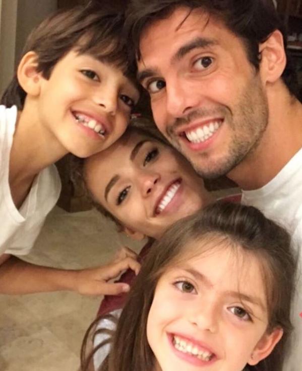 Carol Dias faz selfie com Kaká e filhos do jogador (Foto: Reprodução/Instagram)