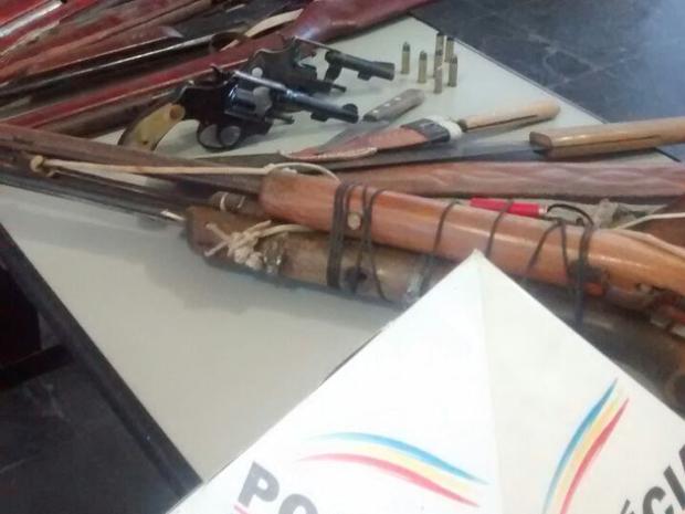 Oito espingardas e dois revólveres apreendidos em Itaobim (MG). (Foto: Divulgação/Polícia Militar)