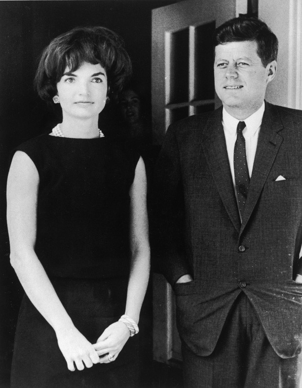 American First Lady Jacqueline Kennedy (1929 - 1994) stands with her husband, President John F. Kennedy (1917 - 1963), in the door of the White House, Washington, D.C., circa 1961. (Photo by Hulton Archive/Getty Images) (Foto: Getty Images)