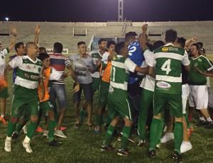 Após o apito final,. muita festa do Serrano. Time não disputava o Paraibano desde 2003 (Foto: Silas Batista/GloboEsporte.com/pb)