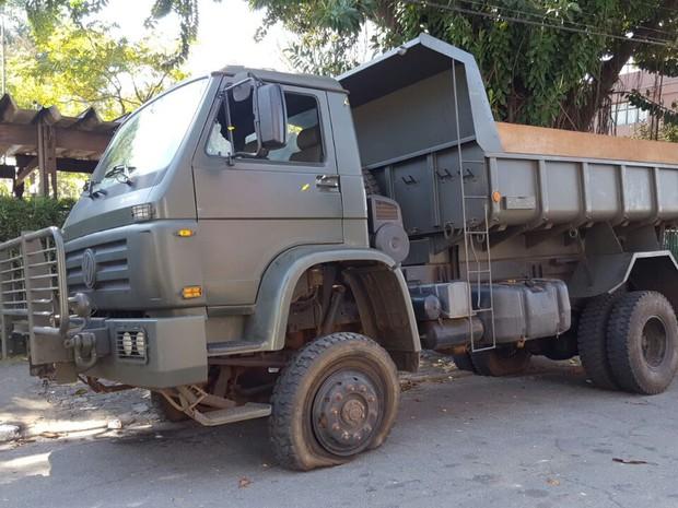 Dois militares estavam no veículo detido na região (Foto: André Natale/ EPTV)