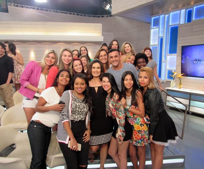 Apresentadora tira foto com a plateia  (Foto: Viviane Figueiredo Neto/Gshow)